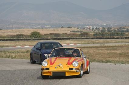 O κ. Bosson de Higgs οδηγεί την Καρέρα του Andrea -Da Pooh- Καροτστιέρη στο αυτοκινητοδρόμιο Μεγάρων